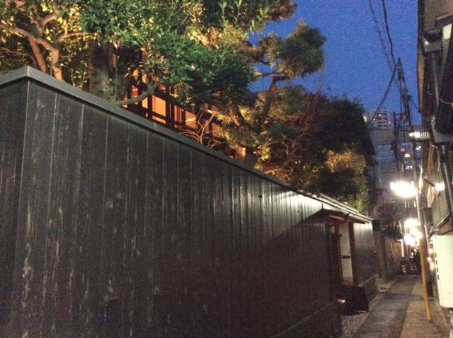 路地の黒壁