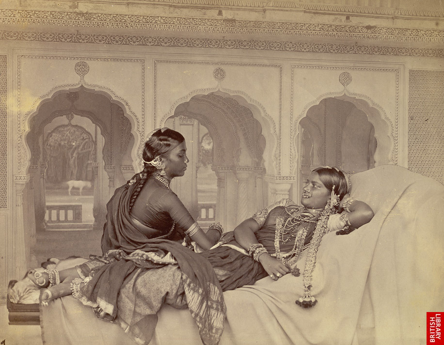 2. ハイダラバードの踊り子 Nautch girls, Hyderabad 1860's By Hooper and Western [Public domain], via Wikimedia Commons https://commons.wikimedia.org/wiki/File%3ANautch_girls%2C_Hyderabad%3B_a_photo_by_Hooper_and_Western.jpg