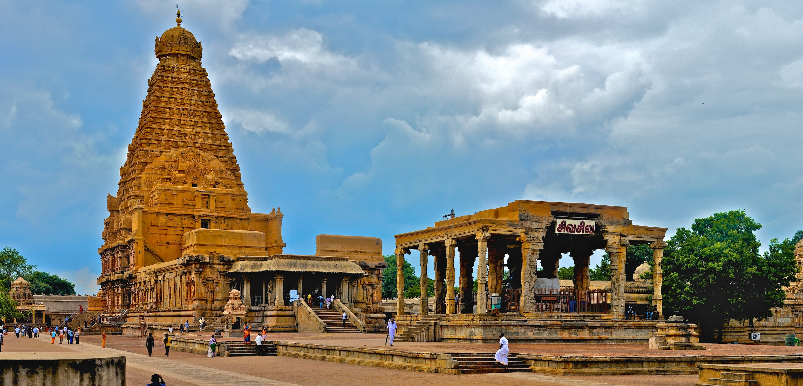 5. チョーラ時代に建てられ、今は世界遺産になっている、「ブリハデーシュワラ寺院」 Brihadeeswarar Temple By Sivaraj Mathi (Own work) [CC BY-SA 3.0 (http://creativecommons.org/licenses/by-sa/3.0)], via Wikimedia Commons https://commons.wikimedia.org/wiki/File%3ABrihadeeswarar_Temple_Full_View.jpg